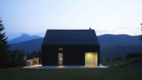Kroatian vuoristoalueella sijaitseva talo heijastaa illalla ympäristöön kivasti valoa.