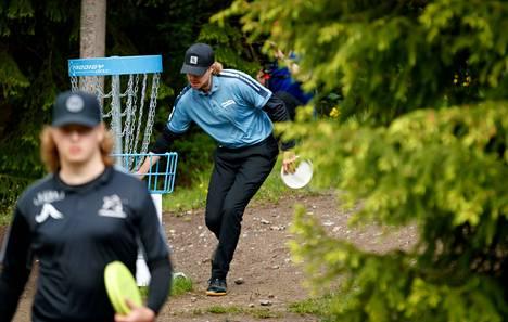 Nykyisistä frisbeegolfkentistä läheskään kaikki eivät täytä lajin nykyvaatimuksia. Ne ovat jopa vaarallisia.