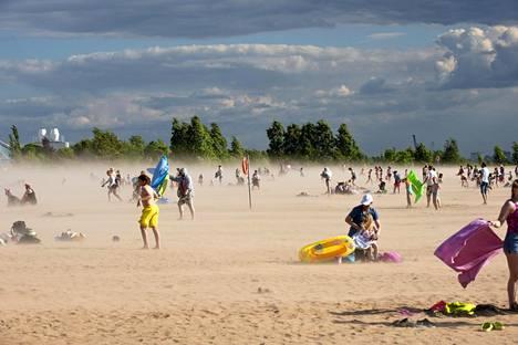 Kaunis hellesää vaihtui hetkessä kaaokseen Oulun Nallikarin hiekkarannalla.