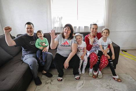 Jelena Välbe (kesk.) Moskovan kodissaan poikansa Fransin (vas.), miniänsä Tatjanan, tyttärensä Varvaran ja lastenlastensa kanssa.
