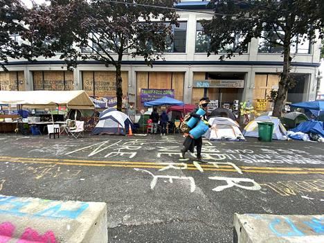 Mielenosoittajien telttoja vallatulla alueella Seattlessa.