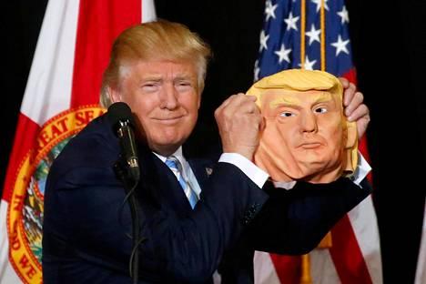 Trump poseerasi naamion kanssa.