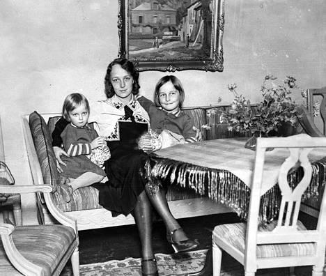 Heidi Korhonen lastensa Marjan ja Heidin kanssa. Marja Korhosesta tuli näyttelijä.
