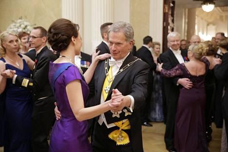 Tasavallan presidentti Sauli Niinistö ja rouva Jenni Haukio tanssivat valssia.