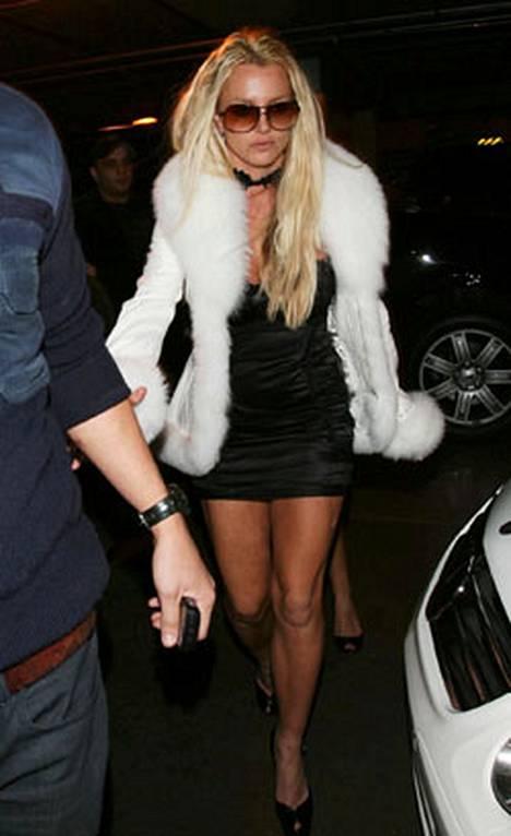 Britney Spearsilla oli yllään valkoinen takki. Tiedossa ei ole, onko kuvan takki juuri varastettu luomus.