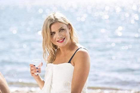 Irina Vartia esittää myös Salkkareiden nettisarjassa rempseää Monica Mustavaaraa.