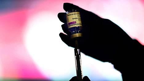 Koronarokotteen huijaamalla saaneet miehet voivat joutua tempun takia vankilaan. Näillä näkymin he ovat kuitenkin saamassa toisen rokoteannoksen ohjeistuksen mukaisesti tietyn ajan päästä. Kuvituskuva.
