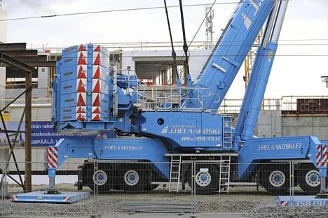 """Ilman vastapainoa ja muita """"rojuja"""" Liebherr painaa 96 tonnia."""