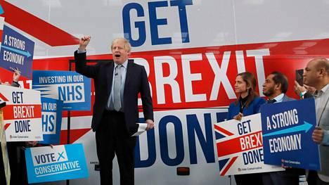Britannian pääministeri Boris Johnson puhui kannattajilleen perjantaina Manchesterissa.