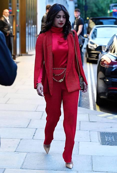 Myös punainen väri pukee Priyankaa.
