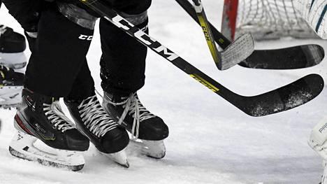 Hengästyneiden urheilijoiden kova kontaktitilanne altistaa koronavirustartunnalle. Arkistokuvassa jääkiekkojoukkue harjoituksissa.