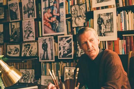 Karukoskea kysyttiin Tolkienin ohjaajaksi alkuvuodesta 2017, juuri ennen mittavaksi tuotannoksi paisuneen elämäkertadraaman Tom of Finland ensi-iltaa. Sen pääosaa näytteli Pekka Strang.