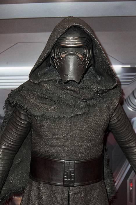 Ritarikunnan toinen johtaja Kylo Ren käyttää elokuvassa kasvot kokonaan peittävää ja äänen muuttavaa maskia.