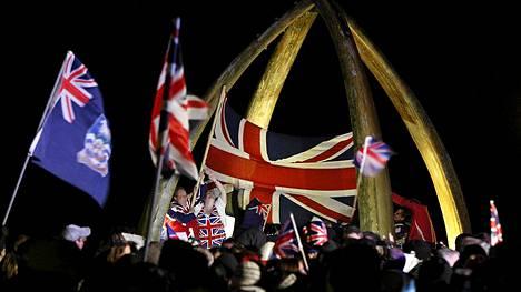 Kansanäänestyksen tuloksen selvittyä Port Stanleyn asukkaat kokoontuivat juhlimaan tulosta, joka pitää saaret jatkossakin Britannian hallinnassa.