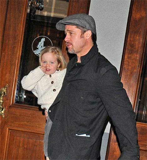 Shiloh Brad-isänsä sylissä matkalla teatteriin New Yorkissa viime viikolla.