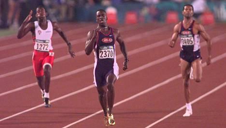 Näistä kisoista päivänsankari muistetaan: Michael Johnson (kesk.) juoksi Atlantan olympialaisissa tuplamestariksi. Kuva 200 metrin finaalista.
