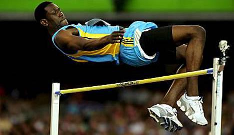 Bahamasaarten Donald Thomas hyppää korkeutta Tampereen tähtien kisoissa helmikuun lopussa.