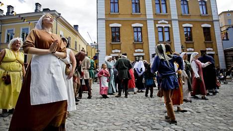 Monia keskiajalla käytössä olleita sanoja käytetään sujuvasti edelleen. Kuva keskiaikamarkkinoilta Turusta vuodelta 2010.