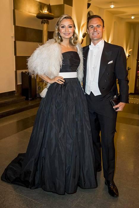 Musta iltapuku valkoisella vyöllä ja strutsinsulkabolerolla kuului illan tyylikkäimpiin lookeihin.