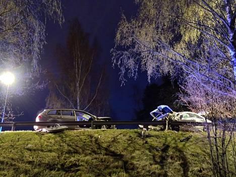 Lauttasaaressa tapahtui paha nokkakolari, jossa autot vaurioituivat pahoin. Yksi henkilö loukkaantui vakavasti.