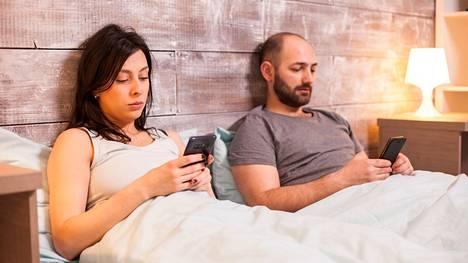 Hyvin helposti käy niin, että kun seksiä on vähemmän, myös läheisyys suhteessa vähenee.