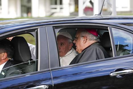 Paavi liikkui autolla Tallinnassa.