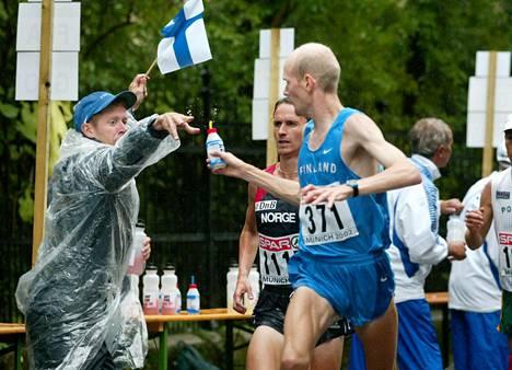 Tommy Ekblom ojensi Janne Holménille juomapullon Münchenin EM-maratonilla 2002.