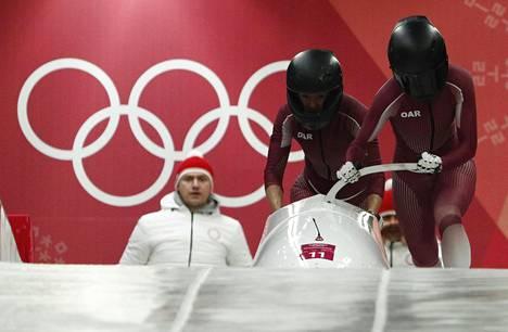 Sergejevan (edessä) ja hänen parinsa Anastasia Kotsherzhovan kilpailu ei mennyt toivotulla tavalla.