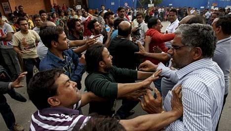 Kathmandun Tribhuvanin lentokentän lähistöllä tunteet kävivät kuumina sunnuntaina, kun Nepalissa olleet intialaiset yrittivät päästä maanjäristyksen runtelemasta maasta kotiin.