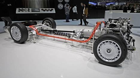 Voimalinjakuva paljastaa auton nelivetotekniikan rakenteen.