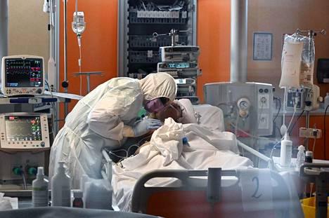 Italiassa oli kuollut tiistaihin mennessä yli 6000 ihmistä koronavirukseen. Maan terveydenhuoltojärjestelmä on erittäin kovilla.