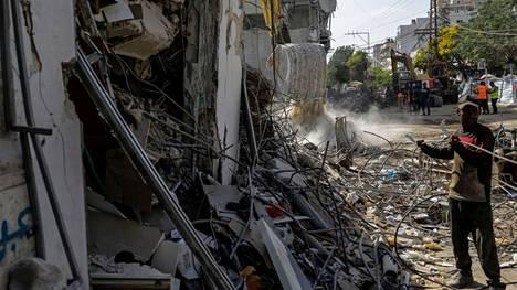Pommitusten tuhoamaa rakennusta raivattiin Gazassa heinäkuun alussa.