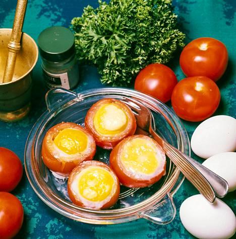 Kultaiset tomaatit -niminen ruoka löytyy kirjan kasvisruoat-otsikon alta. Kuva paljastaa, että valmistukseen käytetään keltuaisia. Lisäksi keltuaisen alle on piilotettu savukinkkua.