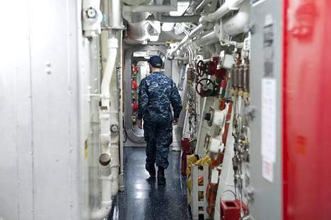 Luutnantti Pagano kävelee laivan kapeissa tiloissa.