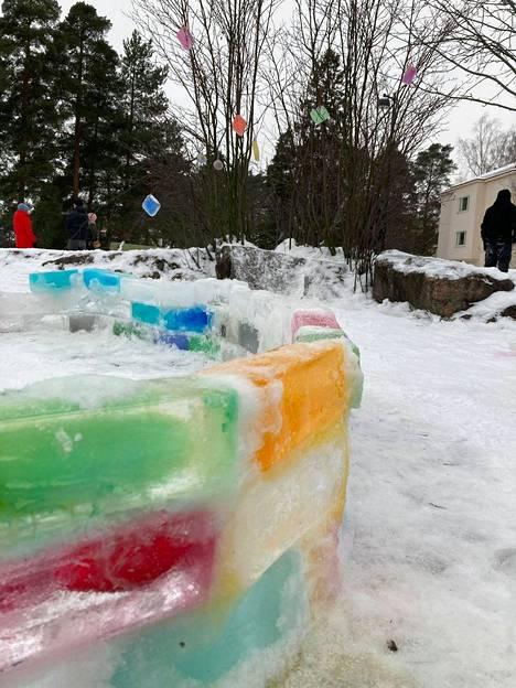 Meilahden jäälinnaa ovat olleet rakentamassa nuoret ja vanhat.