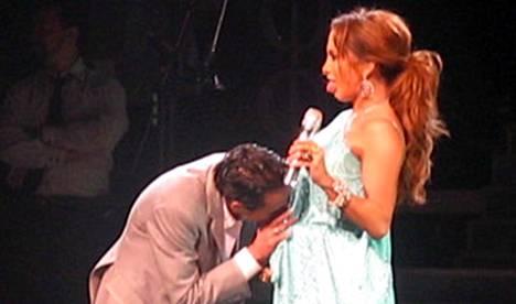 Halloo, onko siellä kettään? Isi täällä! Marc Anthony yllätti vaimonsa Jennifer Lopezin kesken konsertin.