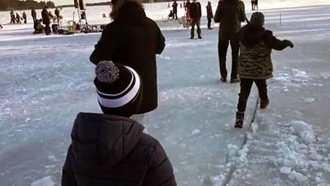 Lapset nauttivat jääkarusellista. Talviriehapäivä avasi 25 vuotta täyttävän Vartiosaari-seuran juhlavuoden.