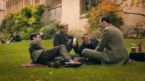Tolkien on kuin päivitetty versio Kuolleiden runoilijoiden seurasta. Tolkienin (Nicholas Hoult, oik.) kavereita näyttelevät Anthony Boyle, Tom Glynn-Carney ja Patrick Gibson.