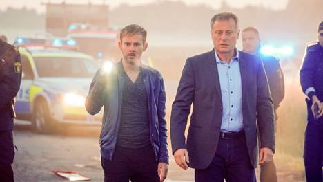 Tommy Conley (Dominic Monaghan) saapuu Tukholmaan etsimään sarjamurhaajaa Mikael Eklundin (Michael Nyqvist) avustuksella.