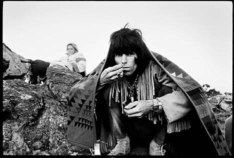 Keith Richards aavikolla vuonna 1969. Kuva Stones 50 -näyttelystä.