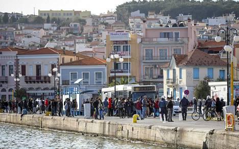Turkista Lesboksen Mytiliniin tulleet pakolaiset pyrkivät laivoihin, mutta suurin osa lähetetään busseilla Morian pakolaisleirille.