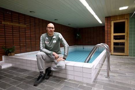 Matti Mattssonin matka kohti Tokion olympialaisia jatkui porilaisen kerrostalon uima-altaassa sen jälkeen, kun Porin uimahallissa ei voinut enää uida koronavirusepidemian aikana.