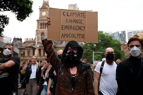 Mielenosoittajat vaativat Australian hallitukselta voimakkaampia toimia ilmastonmuutoksen hillitsemiseksi.