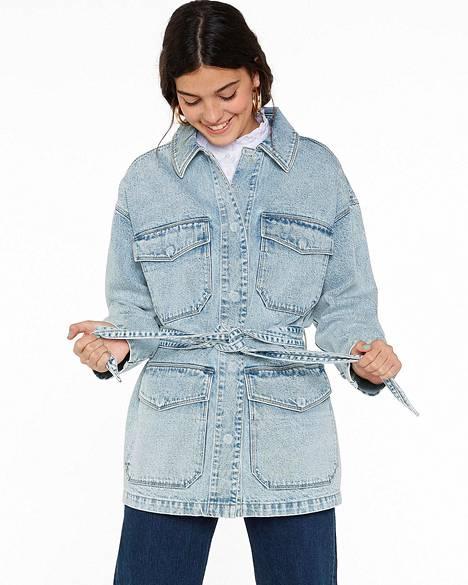 Usean brändin farkkutakkeihin on ilmestynyt pidempi helma ja denimvyö, 60 €, Monki.