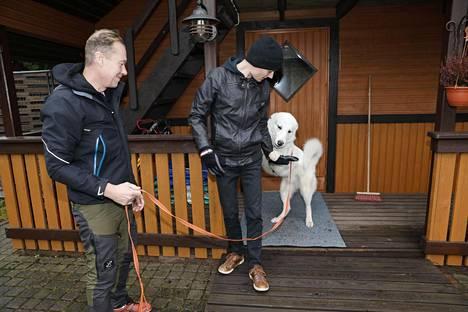 Joona Sotala kotinsa rappusilla isänsä Markun ja koiransa Magnumin kanssa.