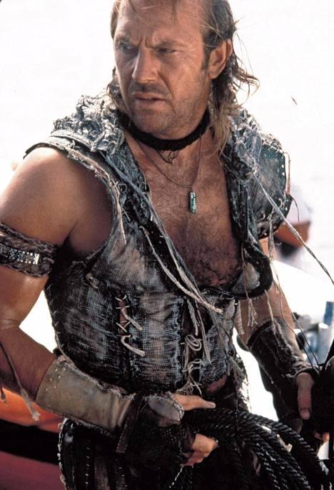 Amerikkalaismedia irvaili avoimesti Waterworldin ongelmille jo ennen elokuvan ensi-iltaa. Sitkeiden huhujen mukaan budjetista lohkaisi ison osan myös se, että Costnerin hiusrajaa muokattiin tuuheammaksi tietokoneella. Costner on kiistänyt väitteen.