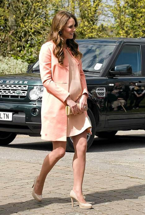 Herttuatar Catherine nimettiin hiljattain myös parhaiten pukeutuvaksi tulevaksi äidiksi. Esikoistaan odottava Catherine on kuudennella kuulla raskaana.