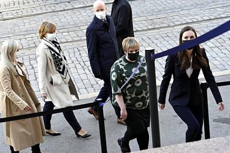 Sisäministeri Maria Ohisalo (vas.), oikeusministeri Anna-Maja Henriksson, opetusministeri Jussi Saramo, tiede- ja kulttuuriministeri Annika Saarikko ja pääministeri Sanna Marin (oik.) saapuivat hallituksen puoliväliriiheen Säätytalolle Helsingissä 21. huhtikuuta 2021.