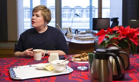 Perhe- ja peruspalveluministeri Annika Saarikko (kesk) lähtisi kitkemään perhe- ja lähisuhdeväkivaltaa parantamalla poliisin ja auttamisjärjestelmän yhteistyötä.