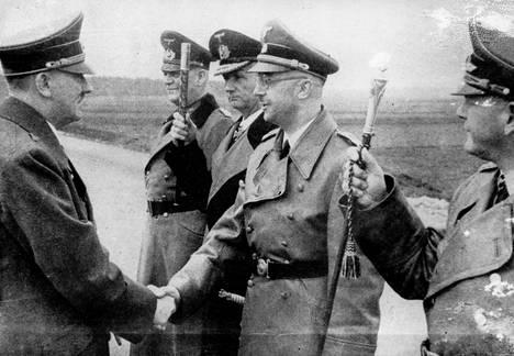 Adolf Hitler tervehtii sotamarsalkka Wilhelm Keitelia, suuramiraali Karl Dönitziä, SS-johtaja Heinrich Himmleriä ja ilmamarsalkka Erhard Milchiä päiväämättömässä arkistokuvassa.